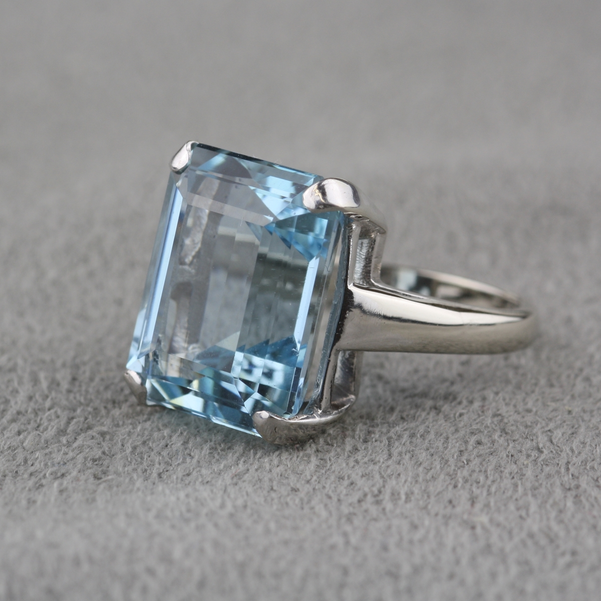 Very Pre-Owned Vintage Aquamarine Ring in 14 Karat White Gold VF61