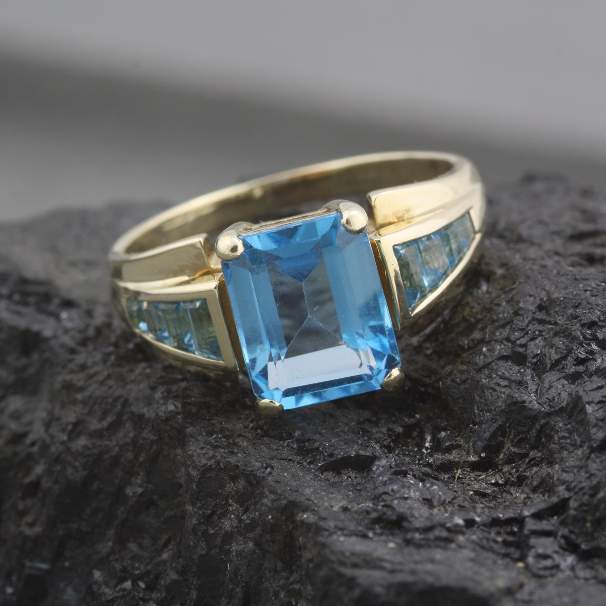 pre owned 10 karat yellow gold blue topaz